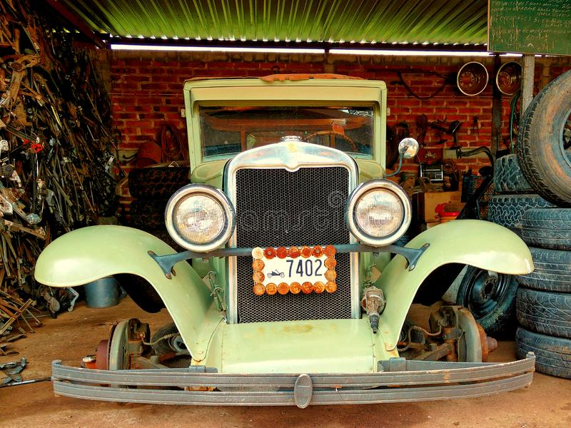 Nostalgisk gammal bil under reparation inom ett garage arkivfoto