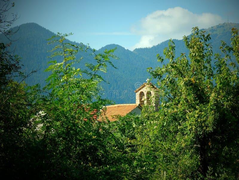 Nostalgisk karaktärsteckning, grekisk ortodox kyrka, grekisk bergby, Grekland royaltyfria foton