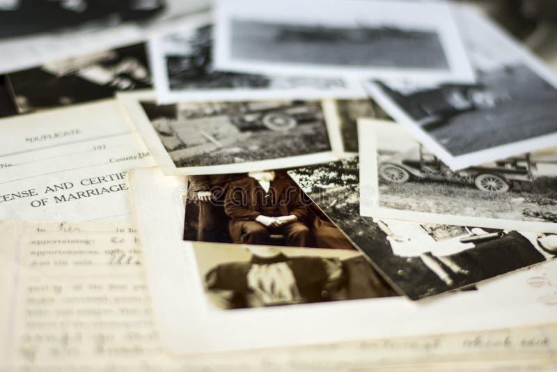 Nostalgiska gamla fotografier och dokument royaltyfria bilder