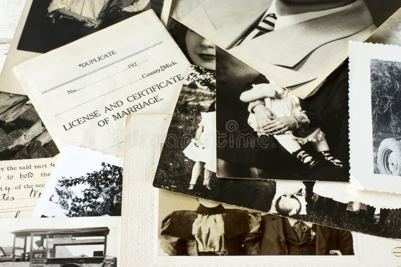 Nostalgiska gamla fotografier och dokument royaltyfri fotografi