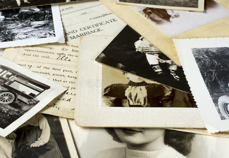 Nostalgiska gamla fotografier och dokument royaltyfria foton