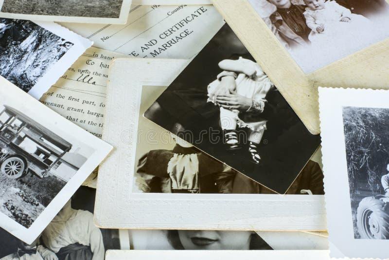 Nostalgiska gamla fotografier och dokument arkivbild