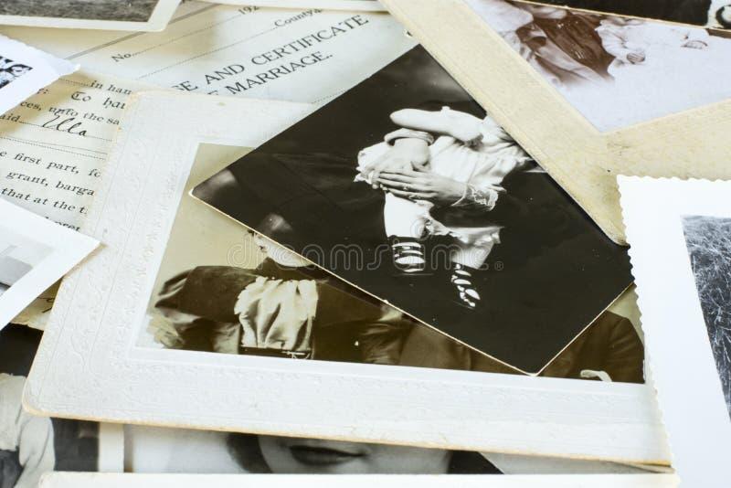 Nostalgiska gamla fotografier och dokument arkivfoton