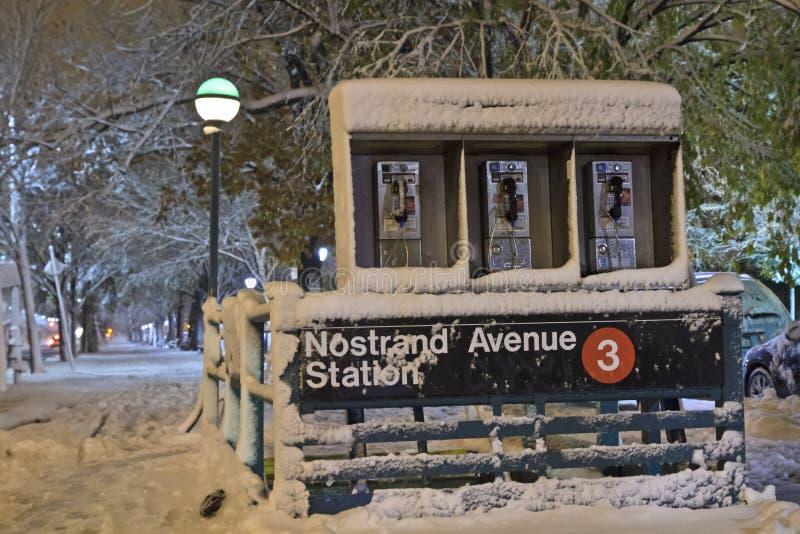 Download Nostrand Alleen-Station Im Nor'Easter Stockbild - Bild von stadt, untergrundbahn: 27733341