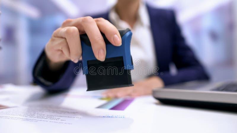 Notário fêmea que carimba o acordo, secretário de empresa, documento oficial, validez fotos de stock