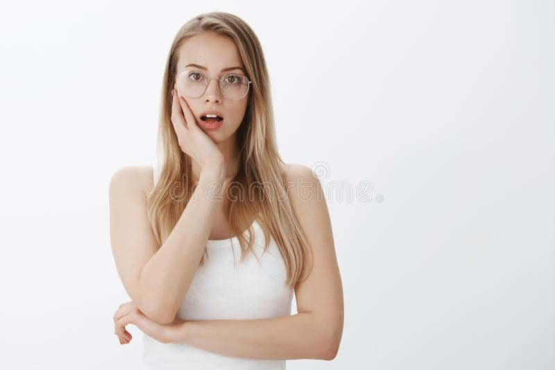 Notícia chocante da audição da menina que reage a vista surpreendida e surpreendida com a boca aberta preocupada da expressão que fotografia de stock royalty free