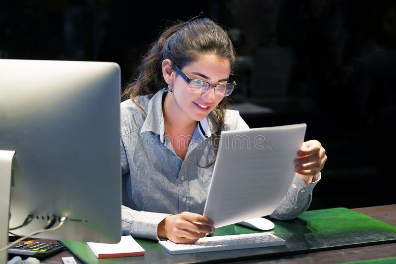 Notícia de leitura da mulher boa em uma letra fotos de stock
