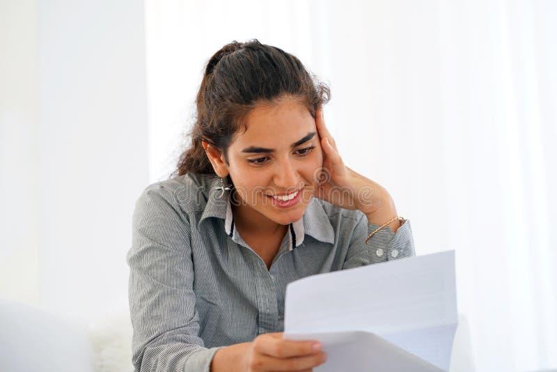 Notícia de leitura da mulher feliz do empresário boa em uma letra fotos de stock