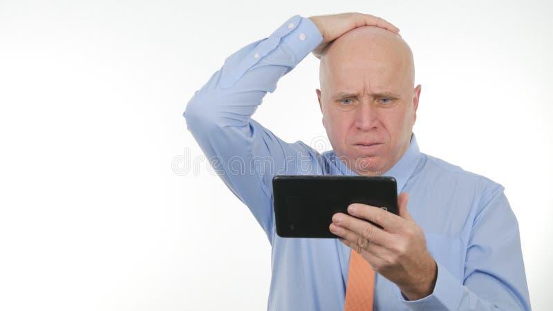 Notícia de Read Financial Bad do empresário na tabuleta de toque e para gesticular desapontado fotografia de stock royalty free