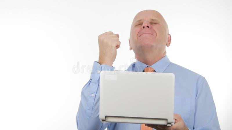 Notícia de Read Online Good do homem de negócios no portátil e para fazer gestos de mão entusiásticos foto de stock
