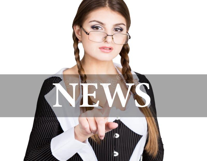 Notícia escrita na tela virtual o secretário 'sexy' em um terno de negócio com vidros, imprensas abotoa-se em telas virtuais imagem de stock