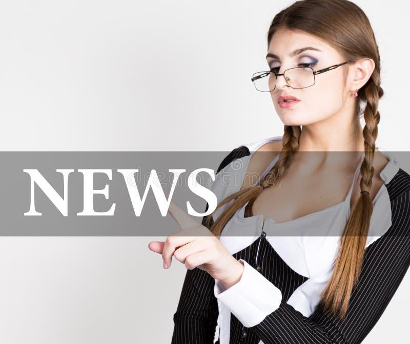 Notícia escrita na tela virtual o secretário 'sexy' em um terno de negócio com vidros, imprensas abotoa-se em telas virtuais foto de stock royalty free