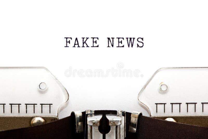 Notícia falsificada no conceito retro da máquina de escrever fotos de stock