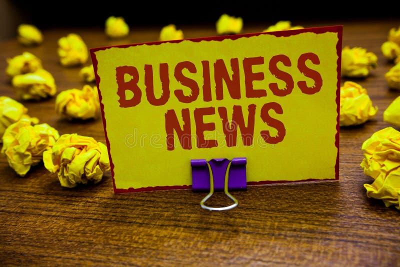 Notícias de negócios do texto da escrita da palavra Conceito do negócio para a terra arrendada incorporada do grampo da introspec fotos de stock