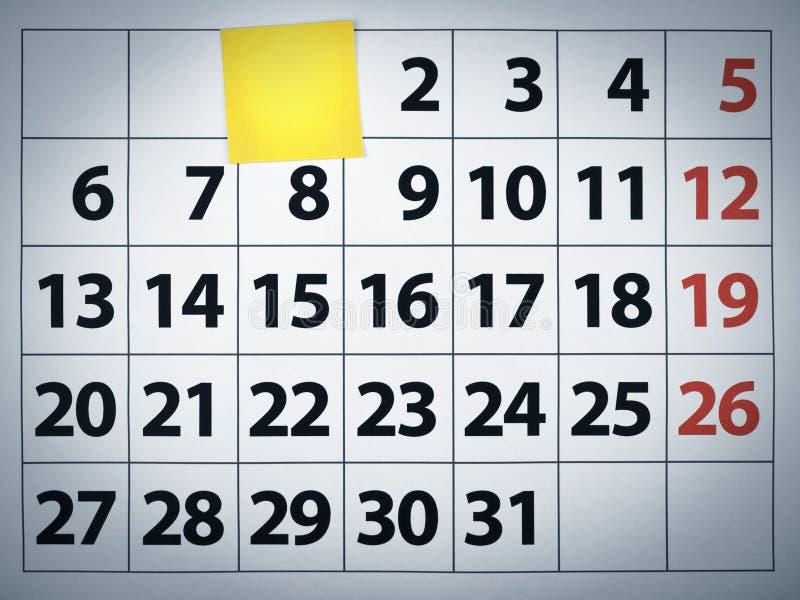 Nota appiccicosa in bianco su un calendario immagine stock libera da diritti