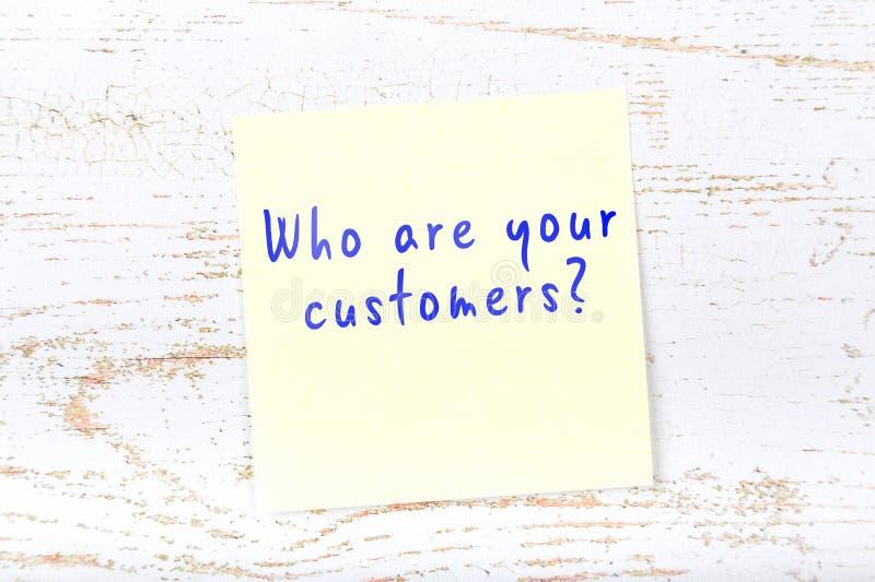Nota appiccicosa gialla con testo scritto a mano che è i vostri clienti royalty illustrazione gratis