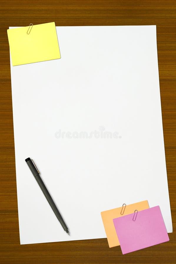 Nota coloreada y papel de nota en blanco blanco fotografía de archivo libre de regalías