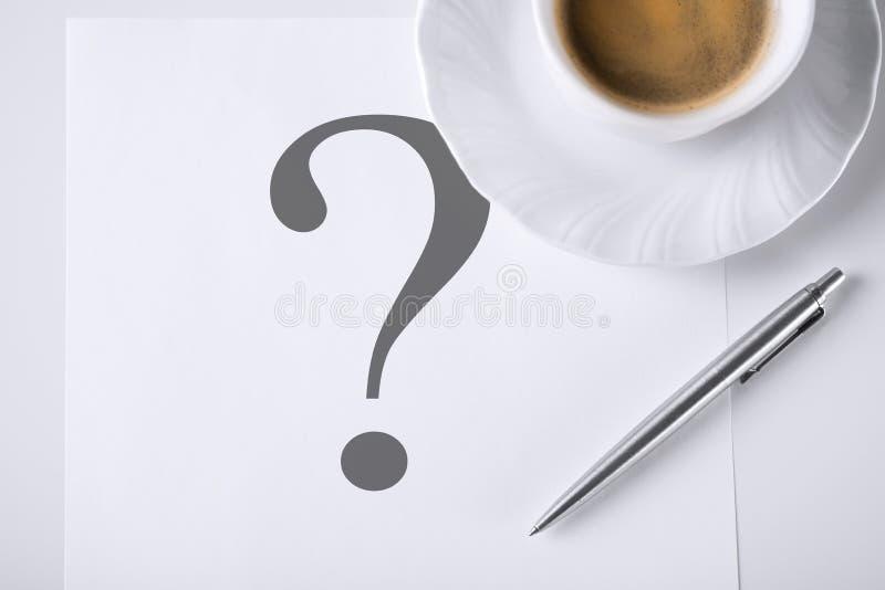 Nota con el signo y el café de interrogación foto de archivo libre de regalías
