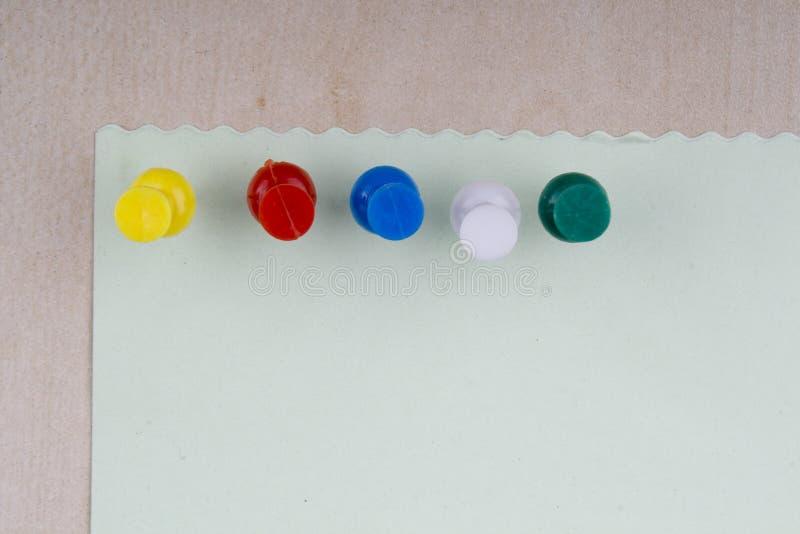 Nota con l'aderenza colorata fotografia stock
