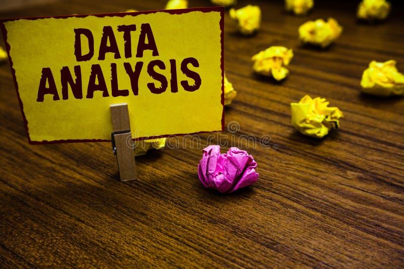 Nota da escrita que mostra a análise de dados Apresentar da foto do negócio traduz números ao pregador de roupa analítico da prev fotografia de stock