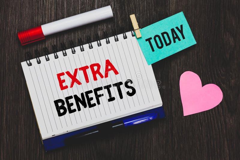 Nota da escrita que mostra benefícios extra A foto do negócio que apresenta permissões adicionais dos incentivos dos subsídios do fotos de stock