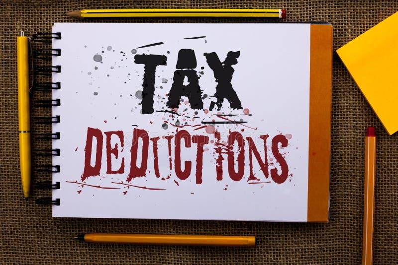 Nota da escrita que mostra deduções fiscais A redução apresentando da foto do negócio no dinheiro das economias do investimento d imagem de stock