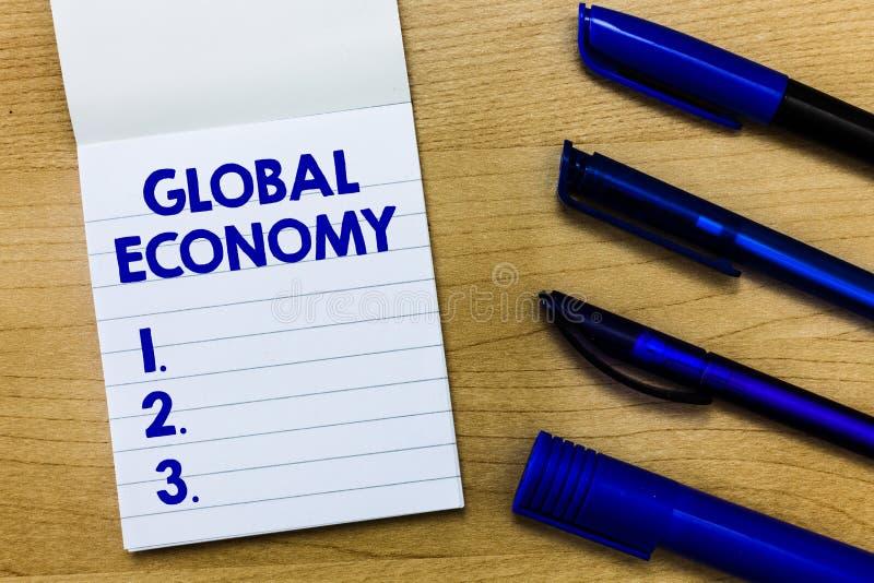 Nota da escrita que mostra a economia global Sistema apresentando da foto do negócio de capitalismo da indústria e do comércio em imagem de stock
