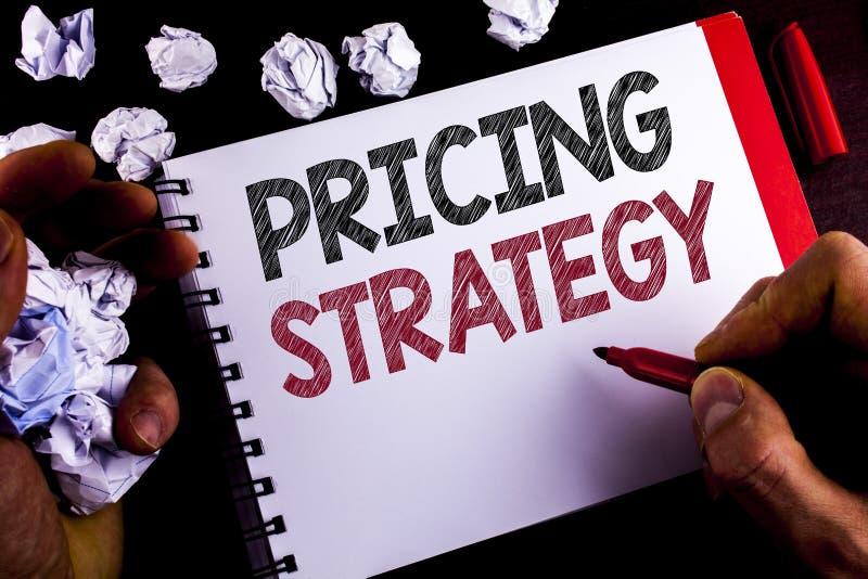 Nota da escrita que mostra a estratégia de fixação do preço As estratégias apresentando das vendas do mercado da foto do negócio  foto de stock
