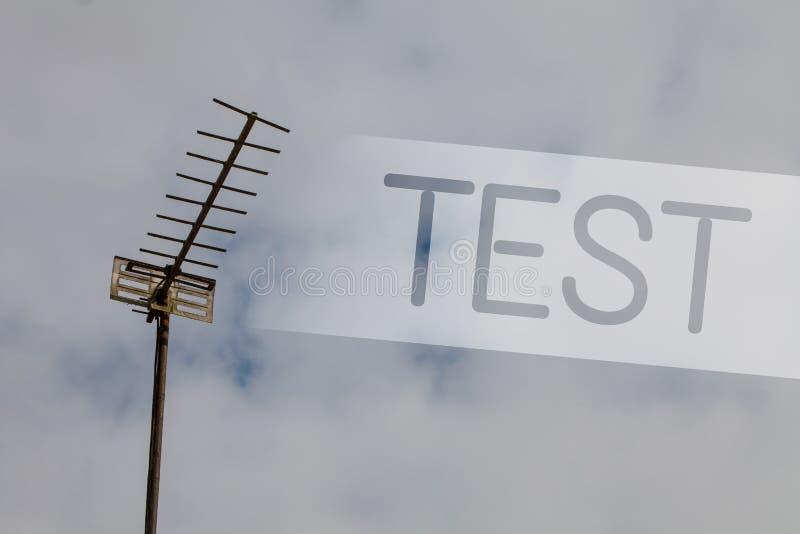 A nota da escrita que mostra a foto do negócio do teste que apresenta o procedimento sistemático acadêmico avalia clo do céu da p fotografia de stock