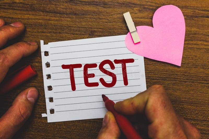 A nota da escrita que mostra a foto do negócio do teste que apresenta o procedimento sistemático acadêmico avalia a proficiência  imagens de stock royalty free