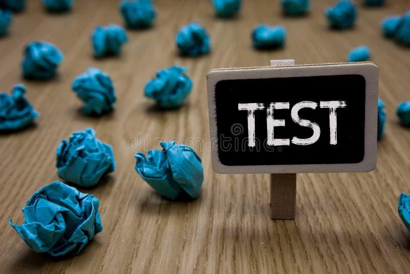 A nota da escrita que mostra a foto do negócio do teste que apresenta o procedimento sistemático acadêmico avalia a proficiência  foto de stock royalty free