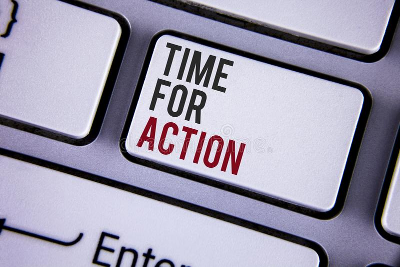 Nota da escrita que mostra a hora para a ação Apresentar da foto do negócio faz algo agora para um ato particular da finalidade n fotos de stock