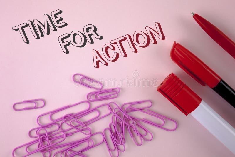 Nota da escrita que mostra a hora para a ação Apresentar da foto do negócio faz algo agora para um ato particular da finalidade n foto de stock