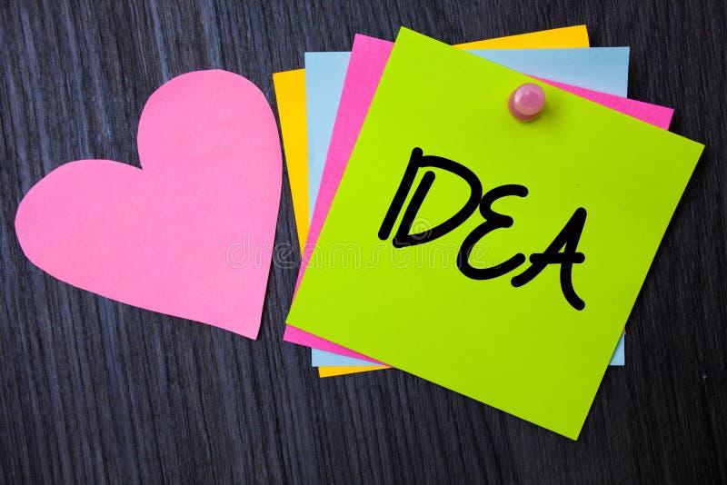Nota da escrita que mostra a ideia A foto do negócio que apresenta soluções de pensamento inovativas criativas do planeamento do  foto de stock royalty free