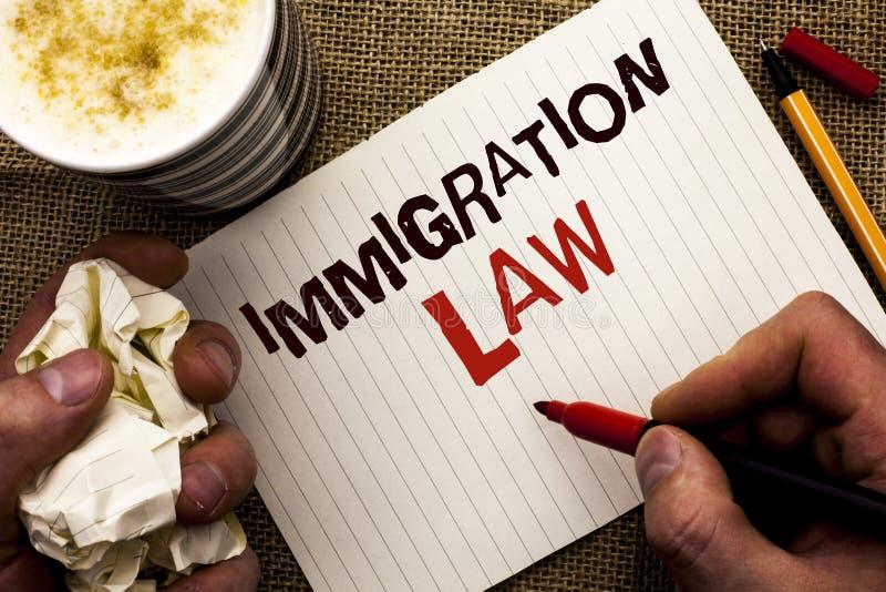 Nota da escrita que mostra a lei da imigração Foto do negócio que apresenta regulamentos nacionais para as regras da deporta16cao imagem de stock royalty free