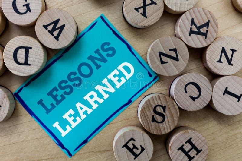 Nota da escrita que mostra lições instruídas Apresentar da foto do negócio promove a parte e usa o conhecimento derivado por expe imagem de stock