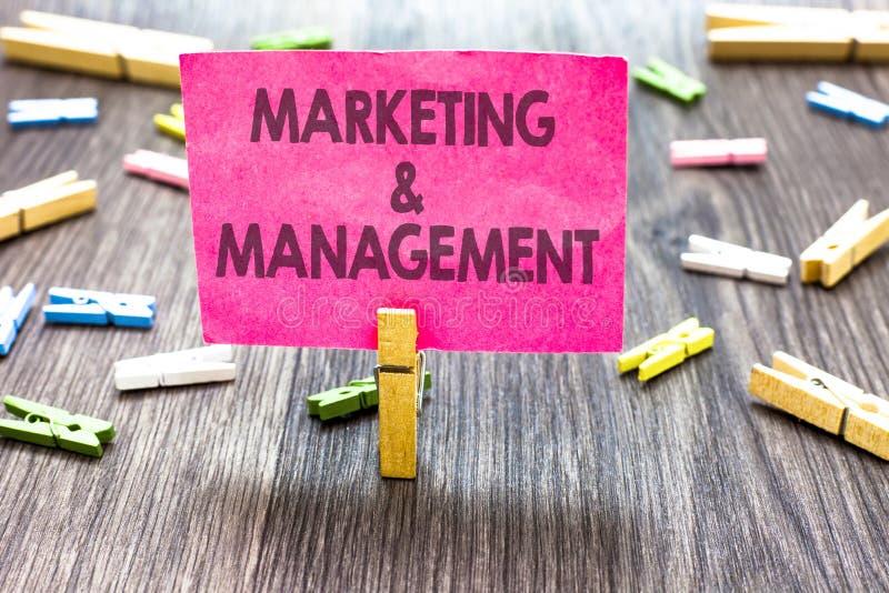 Nota da escrita que mostra o mercado e a gestão Processo apresentando da foto do negócio de desenvolver estratégias para o produt imagem de stock royalty free