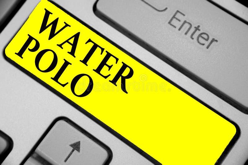 Nota da escrita que mostra o polo aquático A foto do negócio que apresenta o esporte de equipe competitivo jogou na água entre o  fotos de stock