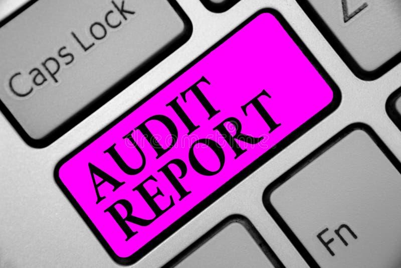Nota da escrita que mostra o relatório de auditoria Foto do negócio que apresenta uma avaliação da situação financeira completa d imagens de stock
