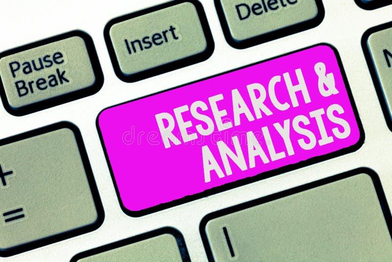 Nota da escrita que mostra a pesquisa e a análise Foto do negócio que apresenta o pensamento e a tomada de decisão estratégicos q imagem de stock
