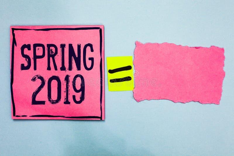 Nota da escrita que mostra a primavera de 2019 Época do ano apresentando da foto do negócio onde elevação das flores depois do pa ilustração stock
