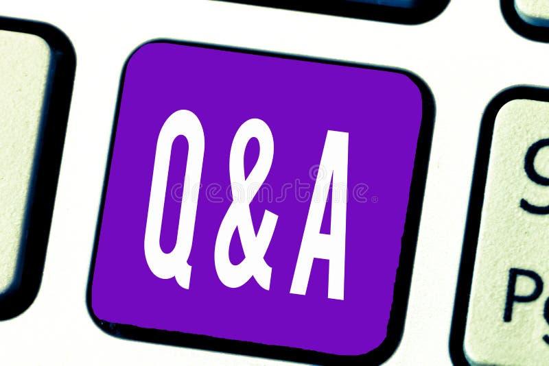 Nota da escrita que mostra Q e A Troca apresentando da foto do negócio das perguntas e resposta entre grupos de mostrar fotos de stock royalty free