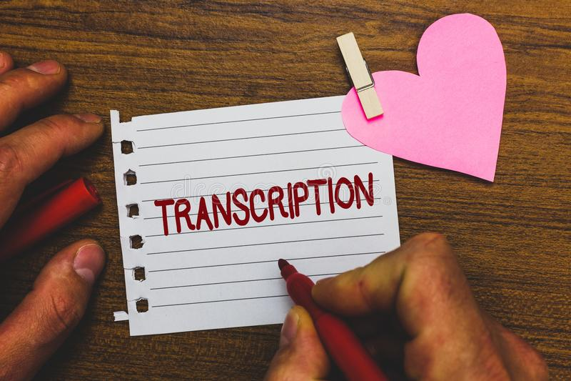 Nota da escrita que mostra a transcrição A foto do negócio que apresenta o processo escrito ou impresso de transcrição exprime o  imagens de stock