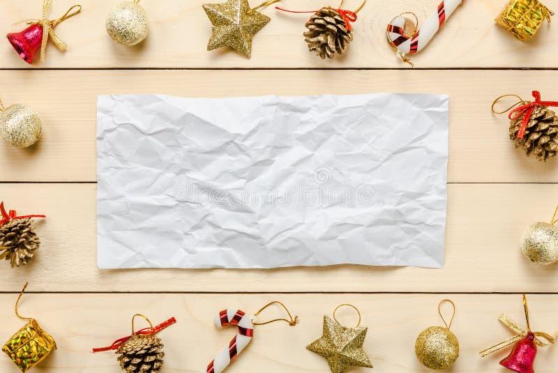 A nota da vista superior amarrotou a decoração e o ornamento de Chrismas do papel sobre imagem de stock