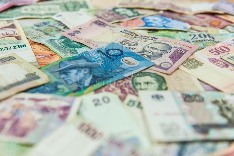 Nota de dólar australiana na frente de outras cédulas internacionais fotos de stock royalty free
