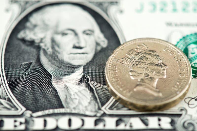 Nota de dólar dos E.U. um e moeda britânica de Sterling Pound fotografia de stock