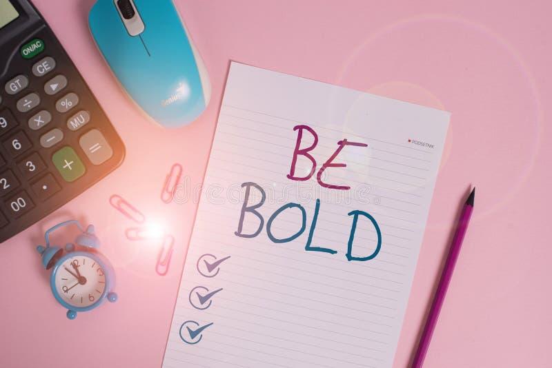 Nota de escritura que muestra Be Bold. Fotografía de negocios que muestra Go for it Fix it you en lugar de hablar con fuerza fotos de archivo