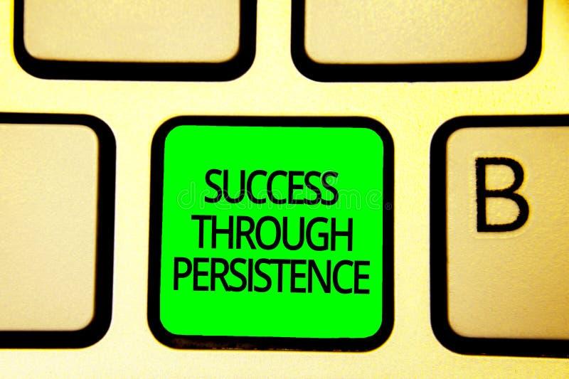 Nota de la escritura que muestra éxito con persistencia La foto del negocio que muestra nunca abandona para alcanzar alcanza los  fotografía de archivo libre de regalías