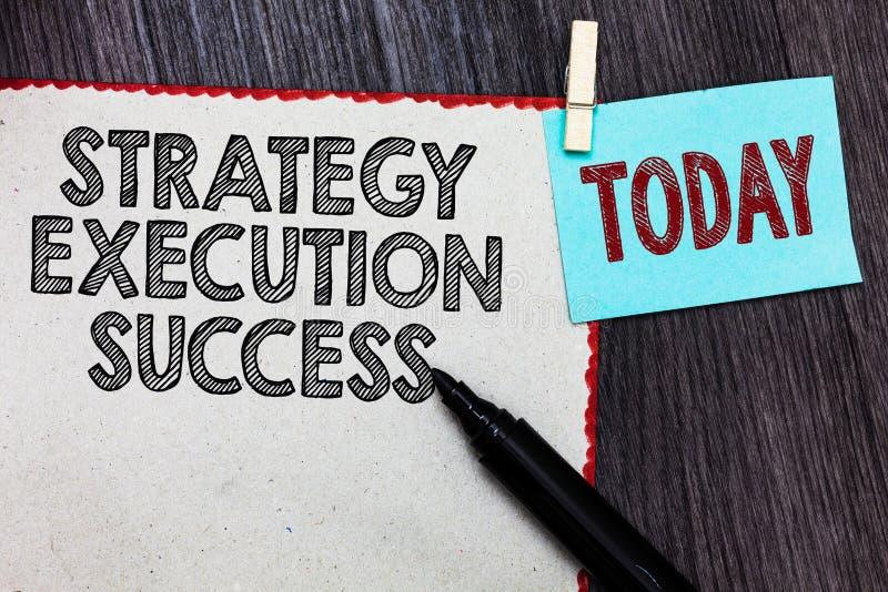 Nota de la escritura que muestra éxito de la ejecución de la estrategia Foto del negocio que muestra poniendo el plan o lista y c fotografía de archivo libre de regalías
