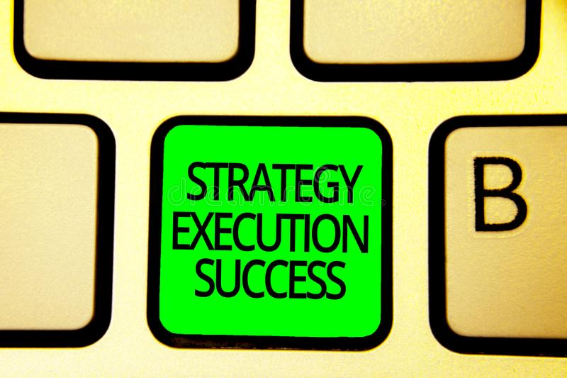 Nota de la escritura que muestra éxito de la ejecución de la estrategia Foto del negocio que muestra poniendo el plan o lista y c imagenes de archivo